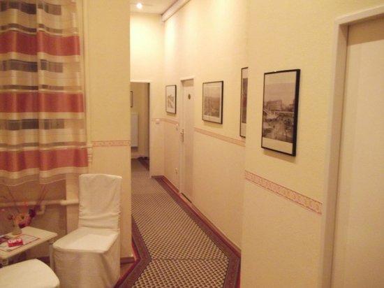 Pension Galerie : pasillos hacia las habitaciones