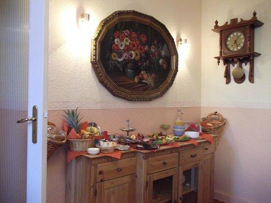 Pension Galerie : Comedor a la hora del desayuno vista desde la mesa