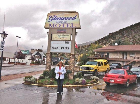 Glenwood Springs Inn : entrada al hotel , estacionamiento