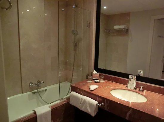 Paris Marriott Opera Ambassador Hotel: バスルーム