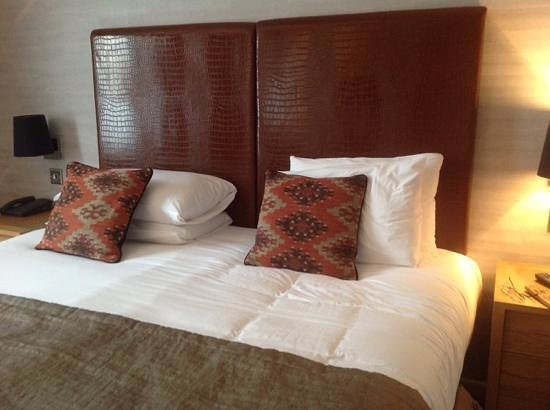 The Saracens Head Hotel: lovely comfy bed!