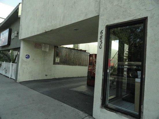 Budget Inn Hollywood: entrada y vista lateral de la recepcion