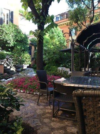 Hotel San Anselmo: Courtyard