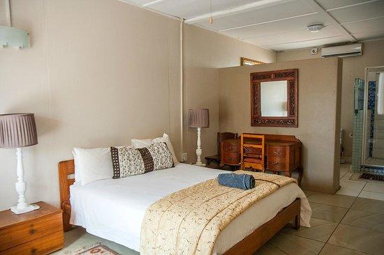 Biweda Nguni B&B Lodge Mkuze: Bedroom with Bathroom