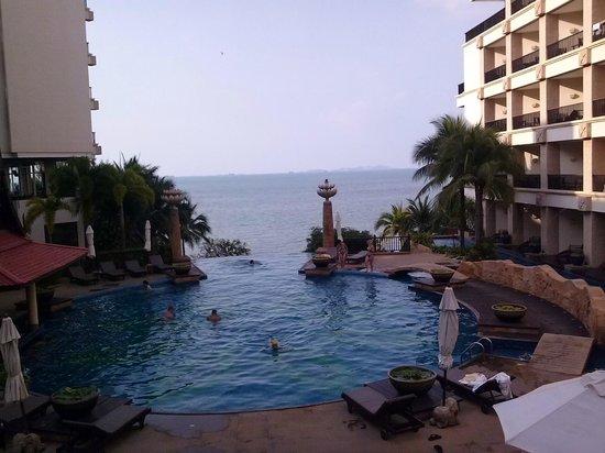 Garden Cliff Resort and Spa: Вид из бассейна на море