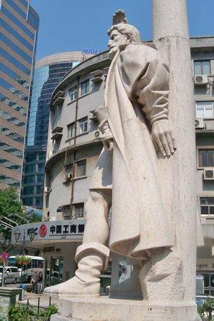 Jorge Alvares Monument: behind