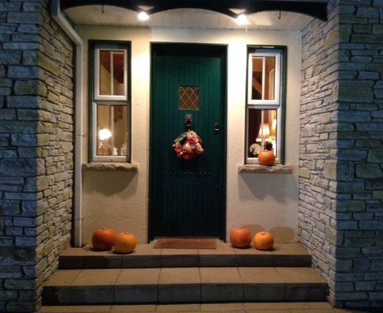 The Cove Lodge B&B : Le pas de porte décoré pour la fête de Halloween