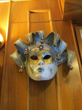Restaurant Pizza Da Celio: Mask on the wall