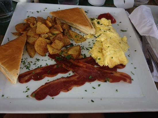 Eva's Bistro: Breakfast with turkey bacon, eggs and toast. Perfectly accompanied with a cordadito!