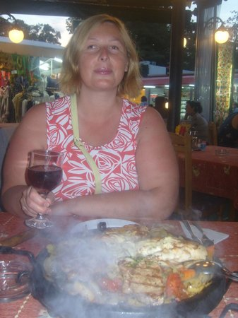 Star Inn : Полусухое вино и мясное блюдо под название СИЗЛЕР