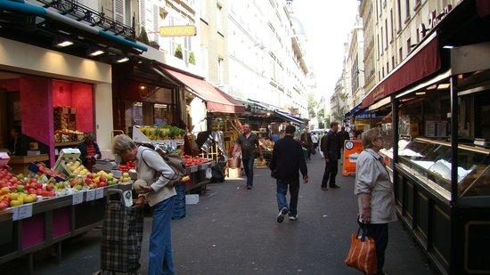Villa Alessandra: Рынок рядом с отелем