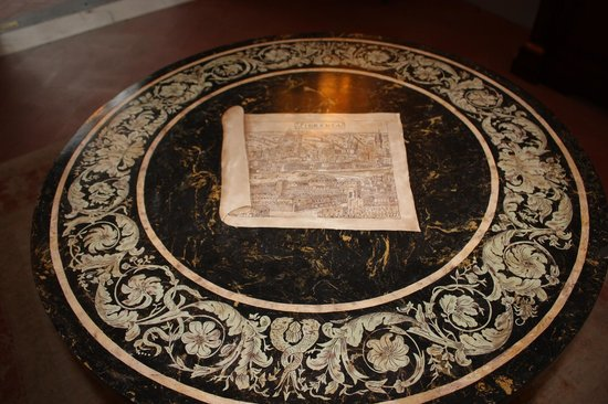 Four Seasons Hotel Firenze : Table at the Entrance