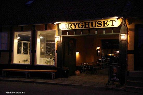 Svaneke Bryghus: Indgangsparti om aftenen