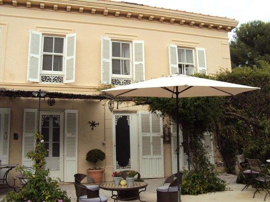La Maison du Tamisier : Facciata della casa dal giardino