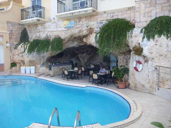 Pergola Hotel & Spa: Cave bar and pool