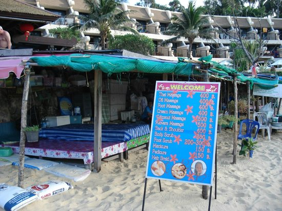 Beyond Resort Karon: massage on beach in front og hotel