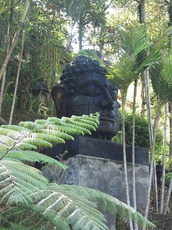 Bali Spirit Hotel and Spa: Decor in the gardens