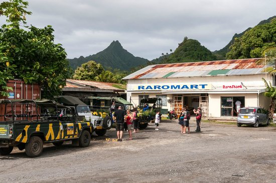 Raro Mountain Safari Tour: Our Safari Group on the Volcanic Mtns we Explored