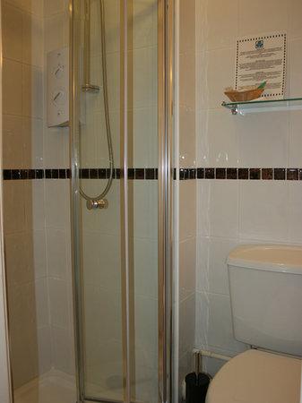 The Robin Hill Hotel: Fully tiled shower room for room 3