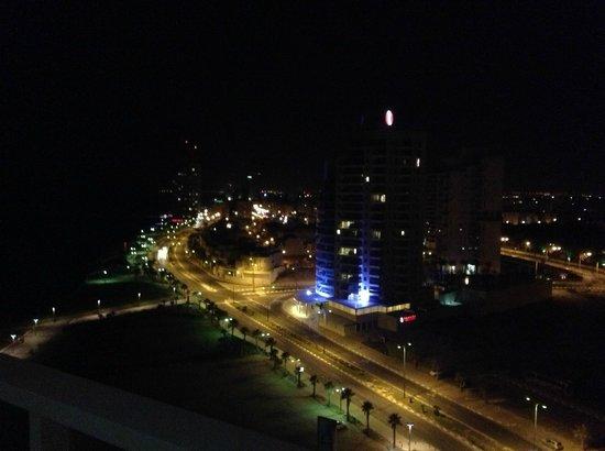 Island Suites Hotel: Ночной вид на город с балкона