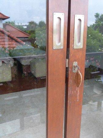 Bugan Villas : doors to bedroom that do not shut