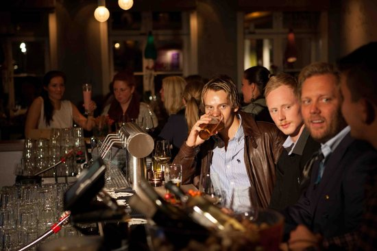 Dus Bar & Restaurant : Steming i baren