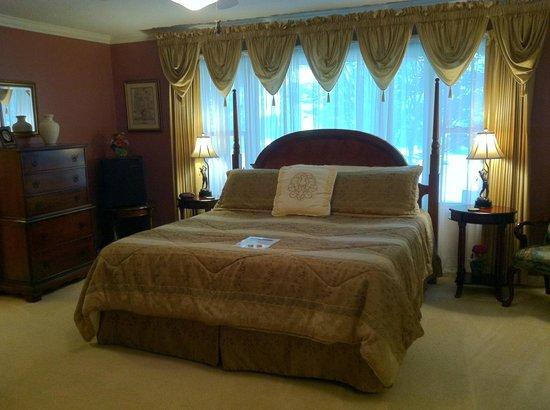 Brookside Mountain Mist Inn: The Hickory Hills Room