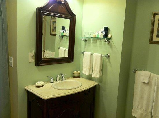 Brookside Mountain Mist Inn: Pine Needles Bathroom