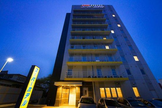 Super Hotel Hachinohe-Tennenonsen: 夜の外観