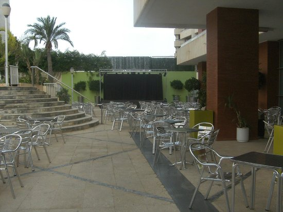 Hotel Levante Club & Spa: Evening entertainment area