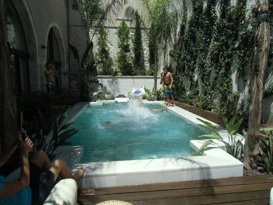 Rimondi Boutique Hotel: ENJOYING THE POOL