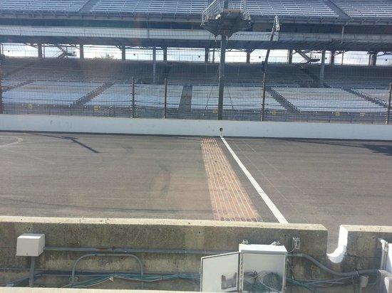 Indianapolis Motor Speedway Museum : La línea de meta, en el original ladrillo. ¿sabían que la pista original fué hecha en ladrillo?