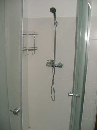 X Hostel Bucharest: Shower