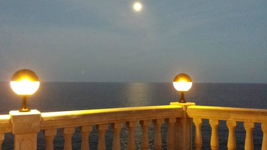 Globales America: Moonlit view ou to sea