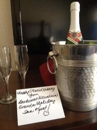 Deadwood Mountain Grand Hotel, a Holiday Inn Resort: Nice surprise for our anniversary