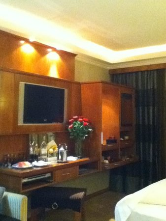 Le Meridien Dubai Hotel & Conference Centre: Red Roses in Room