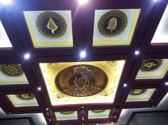 Chung Tai Chan Monastery: look at the ceiling