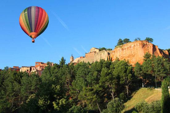 Saint-Saturnin-les-Apt, France: Rousillon en ballon