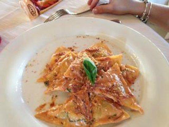 Marina di Ragusa, Italy: Ravioli con mandorle pizzute di Avola e spek