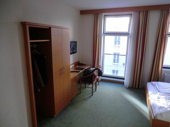 Hotel Lucia: l'appendi abiti e l'armadio sono uniti... nn molto comodo se le giacche sono bagnate