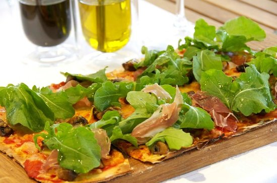 Mont Marie Restaurant: Lunch time! Regina Pizza (Parma ham, mushrooms, rocket and  balsamic dressing)