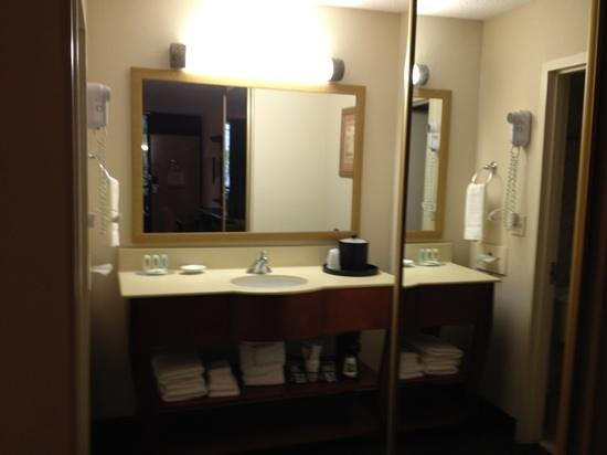 Quality Inn Ocala: granite counters and large closet with full mirror door