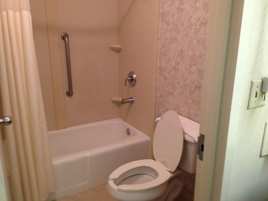 Quality Inn Ocala: regular bath has beautiful tile on walls and floor