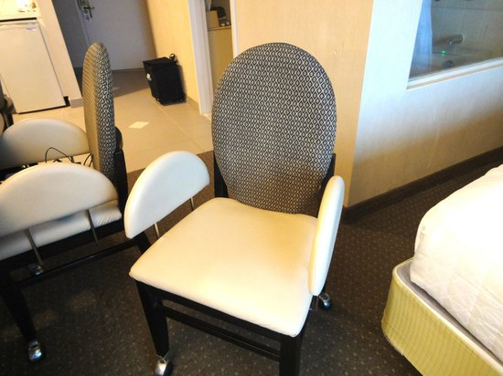 Atlantic Palace Suites: Narrow uncomfortable chairs.