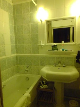 Hotel Saint-Pierre: the bathroom (picture doesnt do justice to this beautiful bathroom)