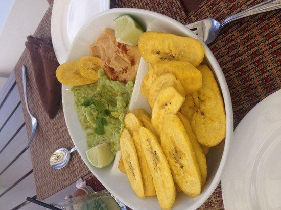 Las Verandas Hotel & Villas : Guacamole and spicy humus dip platter.l!