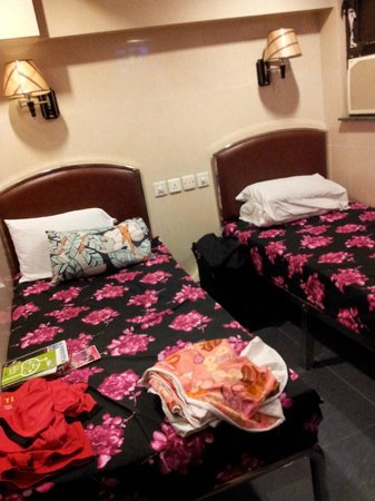 Hong Kong Tai Wan Hotel : scam! 2 double beds become 2 single beds