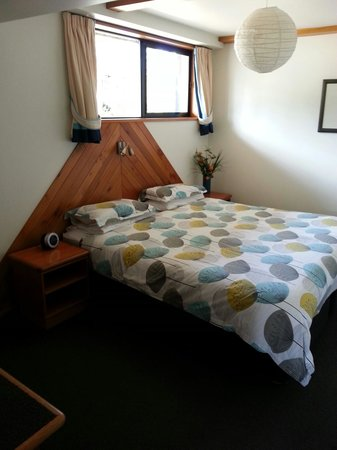 The Chalet Boutique Motel: The cosy bedroom in Unit 1