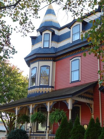Columbia House: Beautiful detail on the Victorian exterior of the Inn