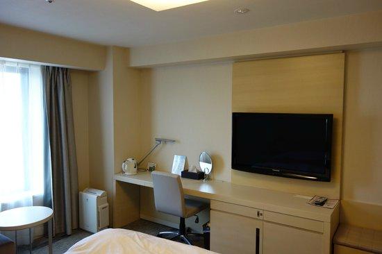 Richmond Hotel Narita: テレビも大きく、デスクも広かったです